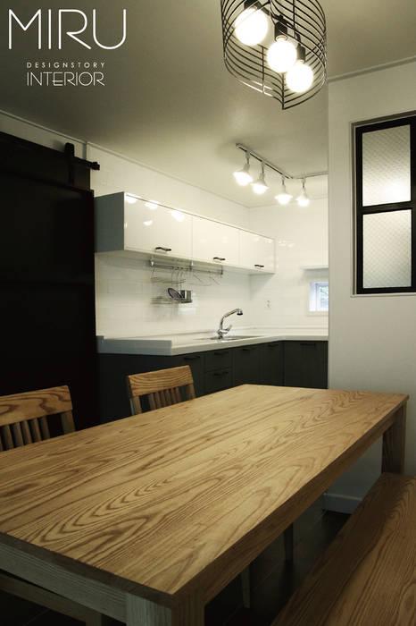 트랜디한 아파트 인테리어(주방): 미루디자인의  주방,