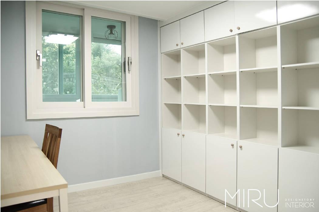 트랜디한 아파트 인테리어(침실,서재방): 미루디자인의  서재 & 사무실,