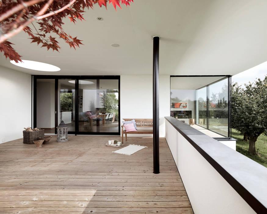 Balcones y terrazas de estilo moderno de meier architekten zürich Moderno Madera Acabado en madera