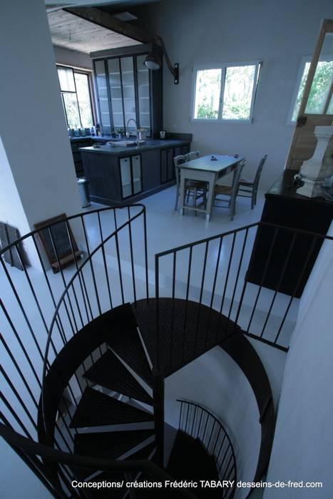 Escaliers en Colimaçon: Couloir et hall d'entrée de style  par Tabary Le Lay