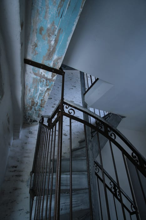 Details escaliers: Couloir et hall d'entrée de style  par Tabary Le Lay