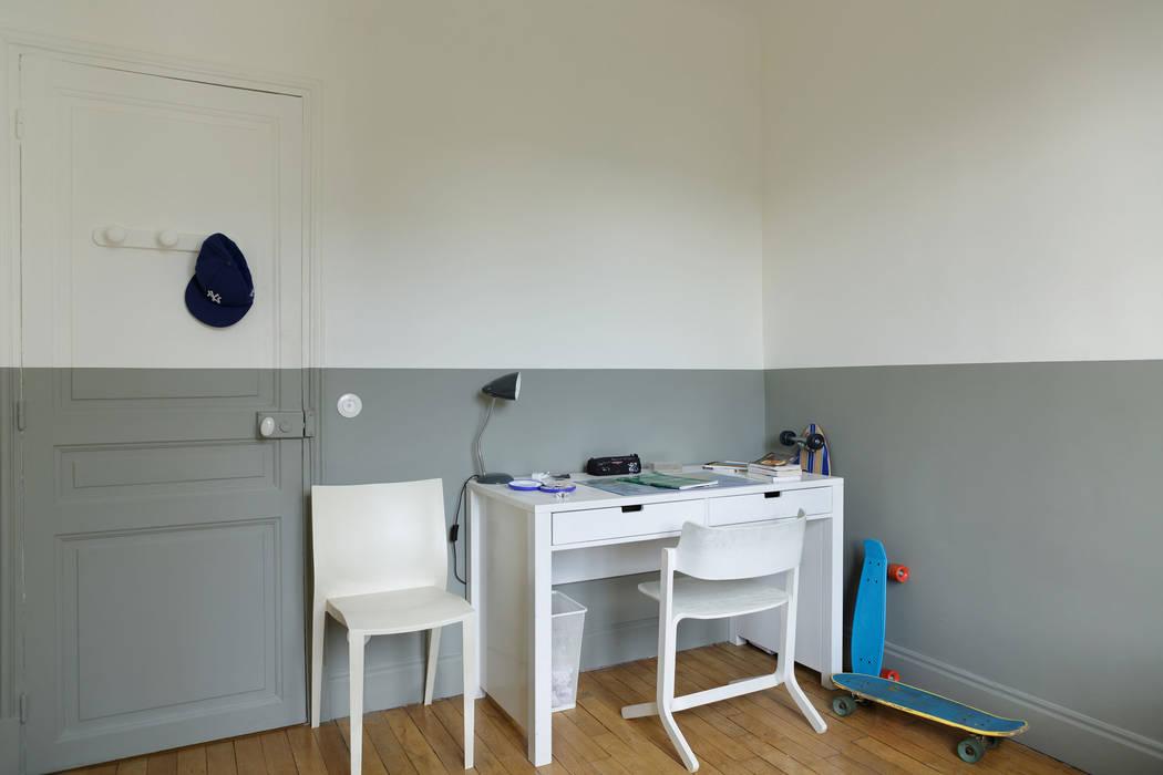 Quand la peinture structure: Chambre de style de style Minimaliste par claire Tassinari