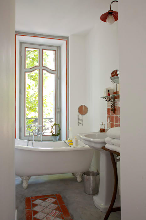 Salle de bain blanche par Frédéric TABARY Moderne Céramique