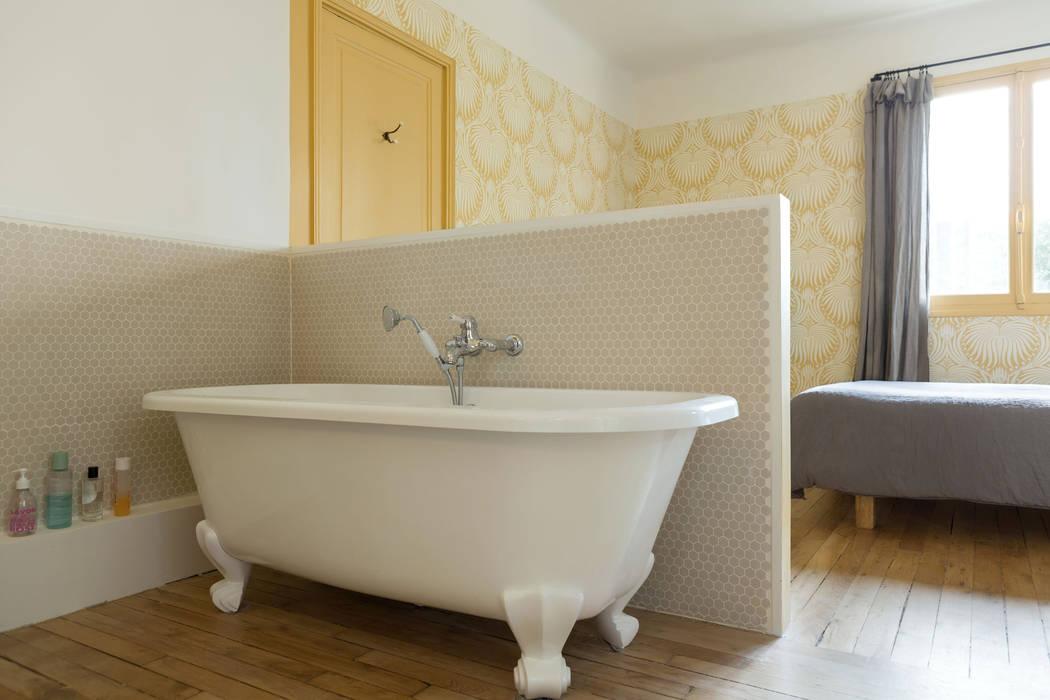 une salle de bain minimaliste: Salle de bains de style  par claire Tassinari