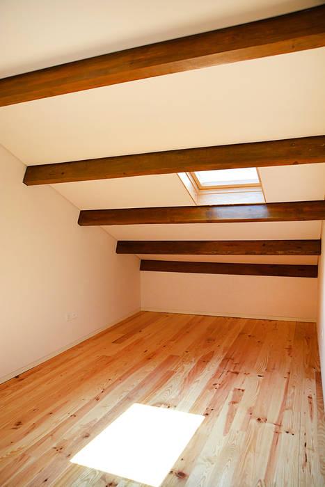 Germano de Castro Pinheiro, Lda Rustic style bedroom Wood White