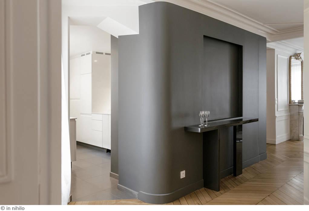 Une cuisine semi-ouverte: Couloir et hall d'entrée de style  par claire Tassinari