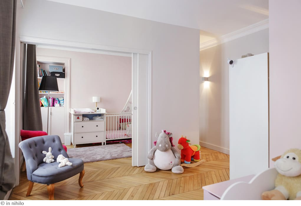 un espace enfant modulable: Chambre d'enfant de style de style Classique par claire Tassinari