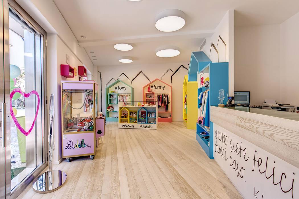 ADELE VIRGI: Negozi & Locali commerciali in stile  di MOB ARCHITECTS