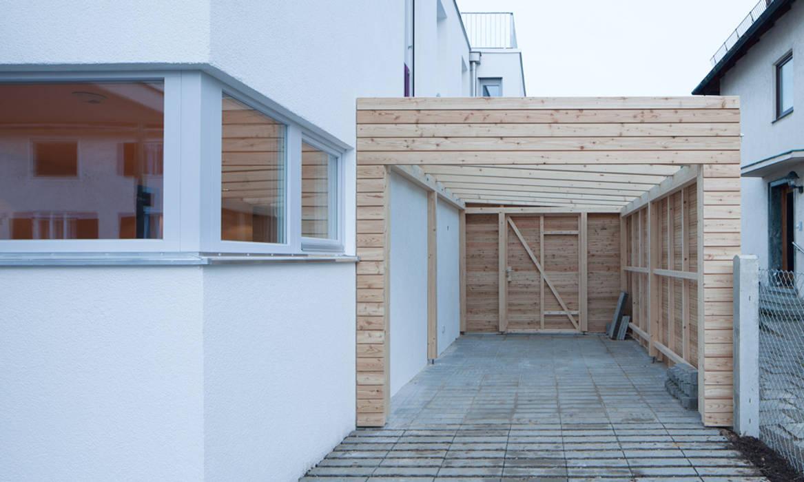Garajes y galpones de estilo moderno de MuG Architekten Moderno
