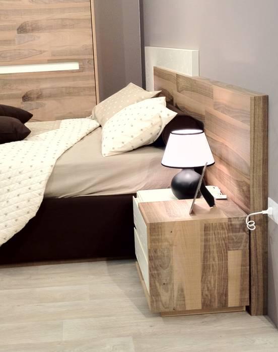 particolare del lato del letto : Camera da letto in stile in stile Moderno di CORDEL s.r.l.