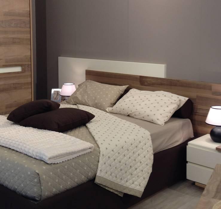 particolare del sopra del letto matrimoniale: Camera da letto in stile in stile Moderno di CORDEL s.r.l.