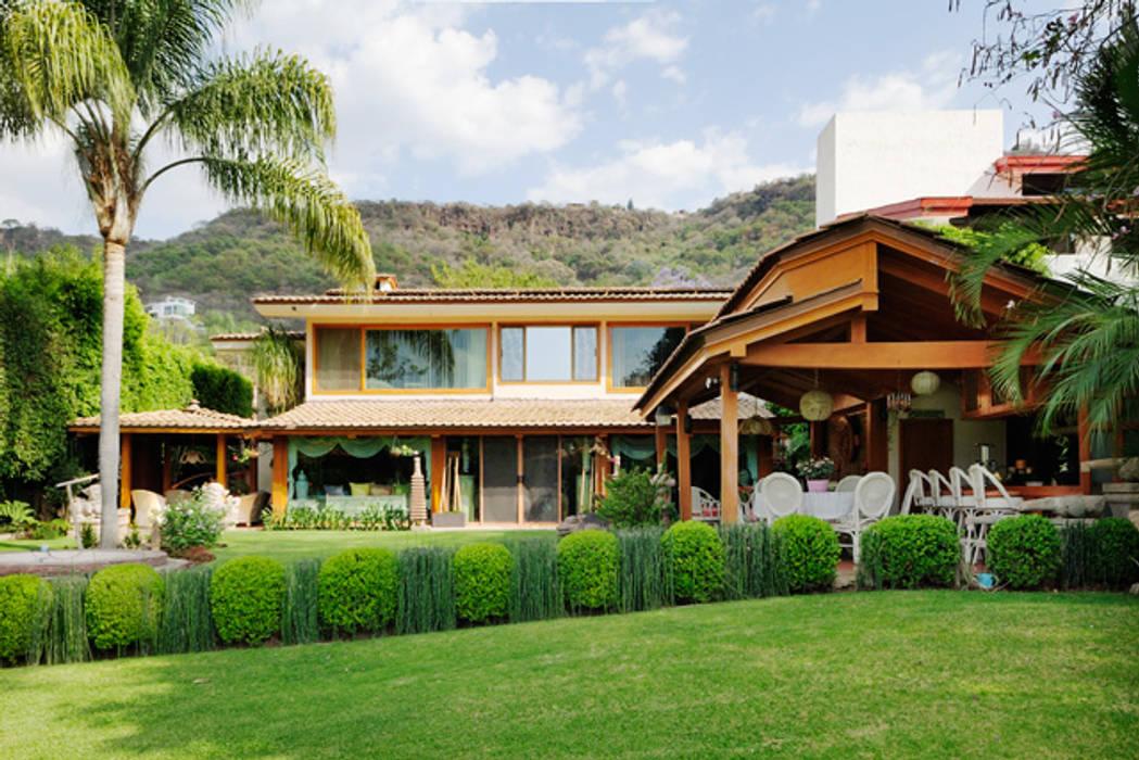 la fachada: Casas de estilo  por Excelencia en Diseño, Asiático Derivados de madera Transparente