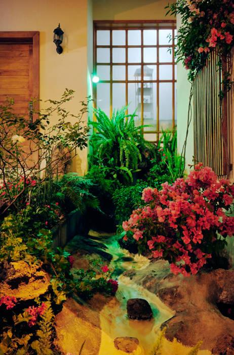 la cascada: Jardines de estilo  por Excelencia en Diseño,