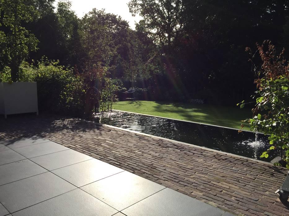 Strakke vijver aan groot terras Moderne tuinen van Biesot Modern Aluminium / Zink