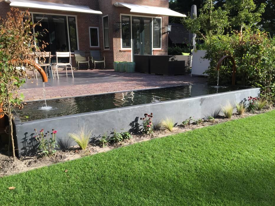 Stakke vijver aan terras:  Tuin door Biesot, Modern
