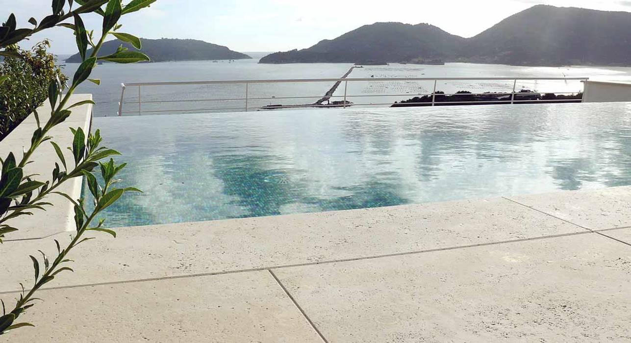 Il mare e la piscina: Piscina in stile in stile Moderno di Maurizio Grassi Architetto