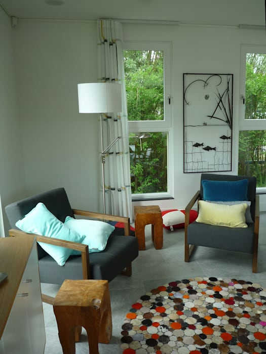 een vriendelijke inrichting met teakhouten meubels:  Woonkamer door Architectenbureau Rutten van der Weijden