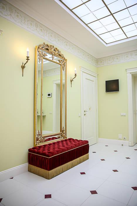Couloir, entrée, escaliers classiques par Designer Olga Aysina Classique