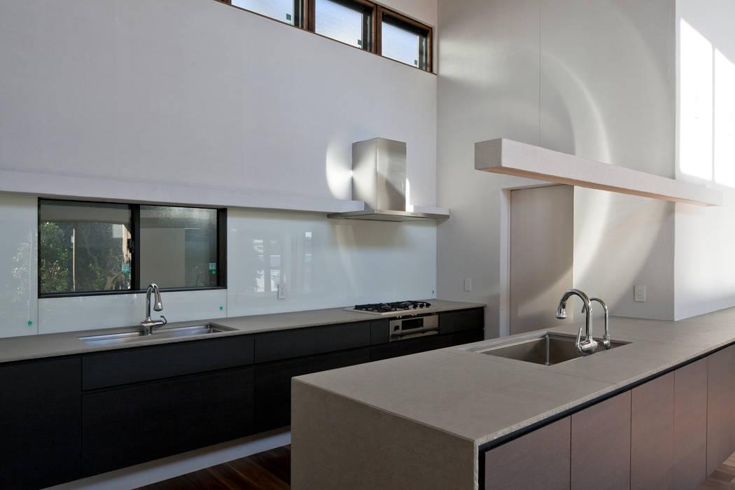 Cocinas de estilo moderno de 向山建築設計事務所 Moderno