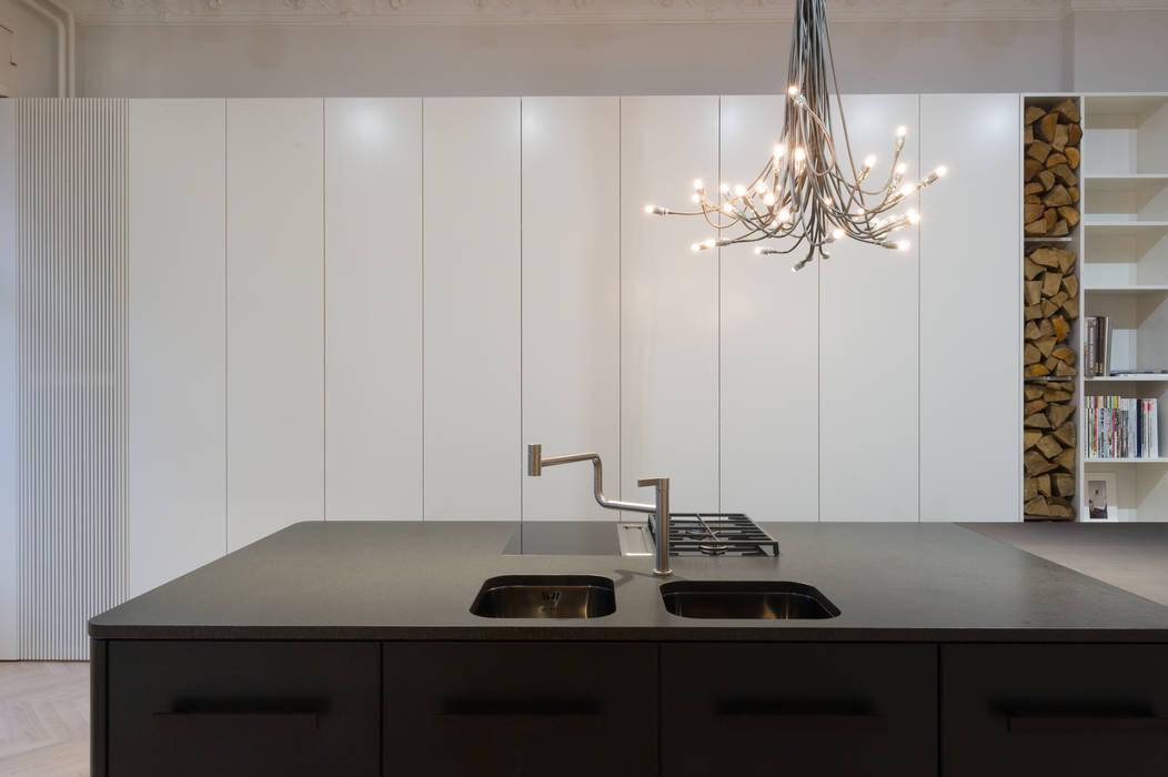 Küche mittelblock schwarz matt lackiert: küche von der raum | homify