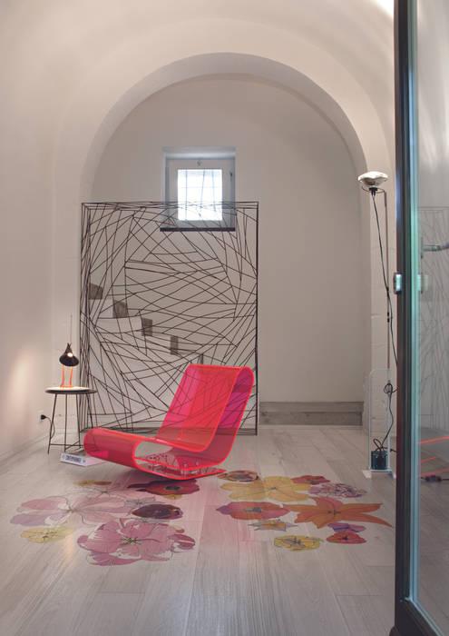 TULIPAE GEMINI, DESIGN RONALD VAN DER HILST PER XILO1934: Soggiorno in stile in stile Eclettico di Xilo1934