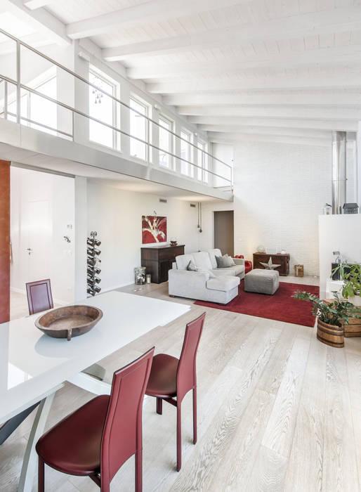 Salas de estilo  por Emmeti Srl, Moderno