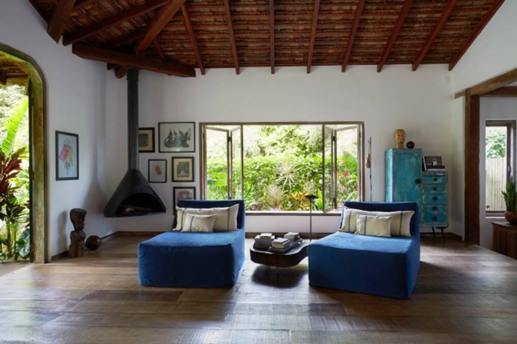 Livings de estilo rústico de Vida de Vila Rústico Madera maciza Multicolor