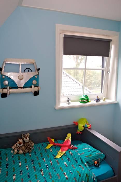 Decoratie bij bed:  Kinderkamer door Aangenaam Interieuradvies, Modern