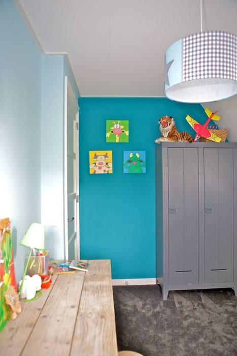 Bureau en kast in jongenskamer:  Kinderkamer door Aangenaam Interieuradvies
