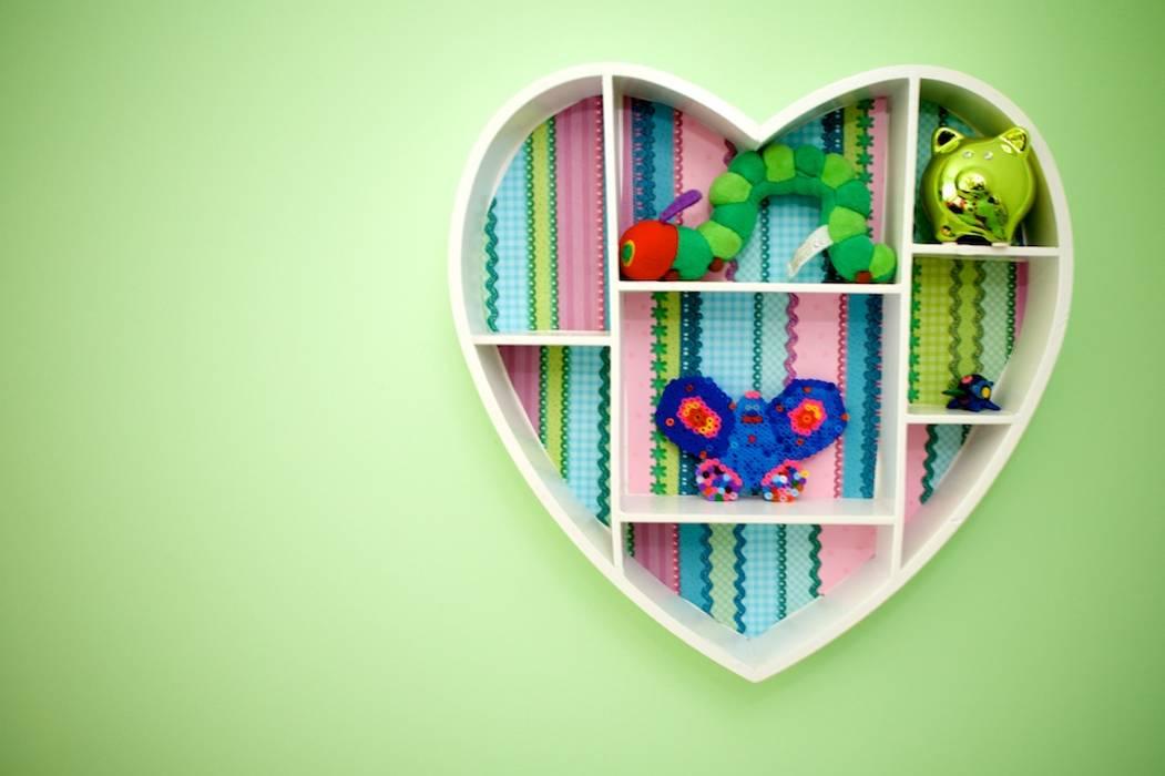Kleurrijke decoratie meisjeskamer:  Kinderkamer door Aangenaam Interieuradvies