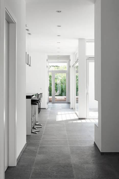 Corridor & hallway by x42 Architektur ZT GmbH