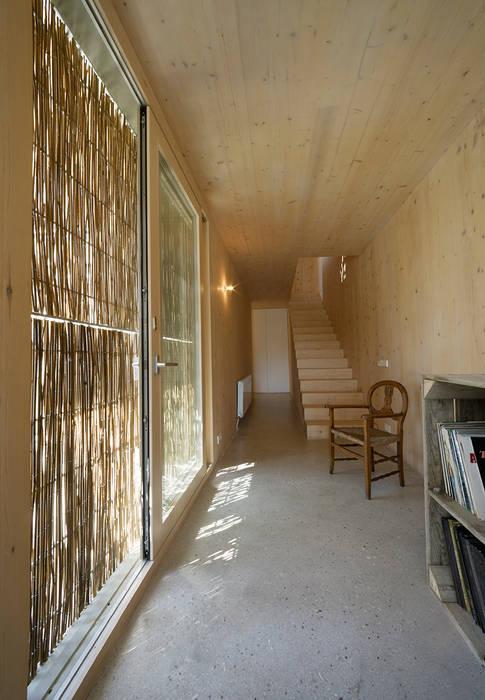 b-House _ b-Patio Les Olives_Int03 b-House Pasillos, vestíbulos y escaleras de estilo moderno Madera maciza Acabado en madera