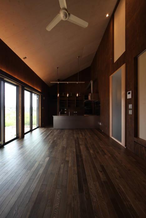 Гостиная в стиле модерн от 加門建築設計室 Модерн