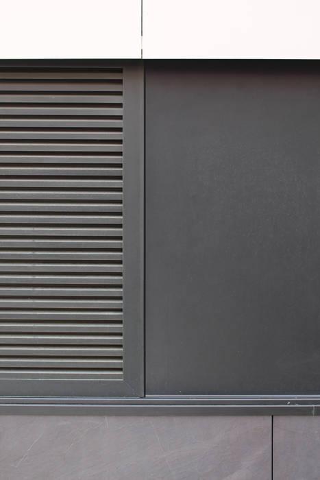 Quadra - Pormenor da portada exterior (fechada) Casas modernas por Sónia Cruz - Arquitectura Moderno Alumínio/Zinco