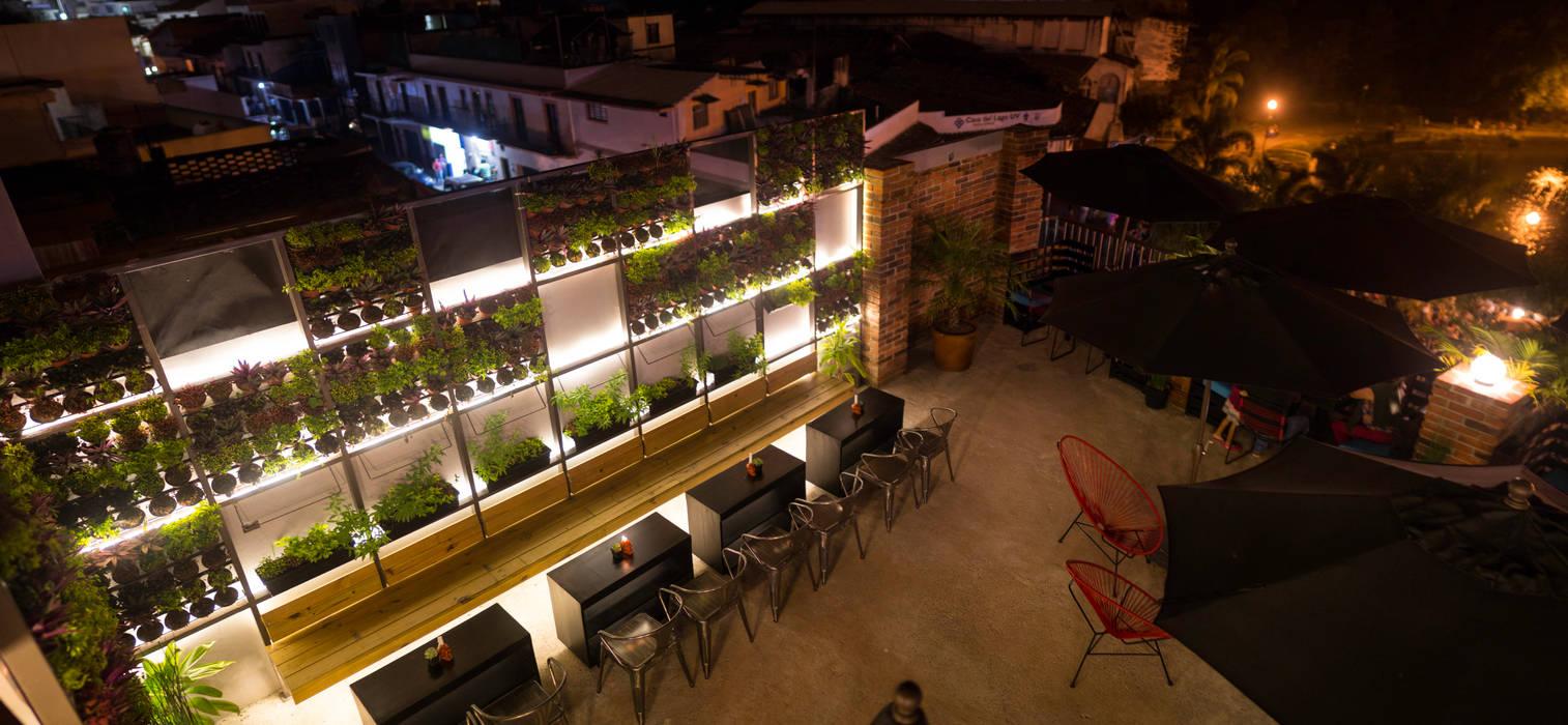 Muro Verde : Bares y discotecas de estilo  por Taller La Semilla
