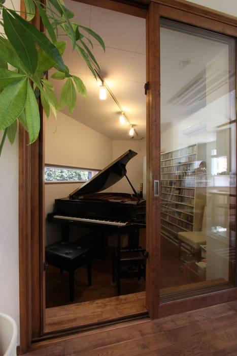 ピアノと暮らす家: アトリエグローカル一級建築士事務所が手掛けた和室です。