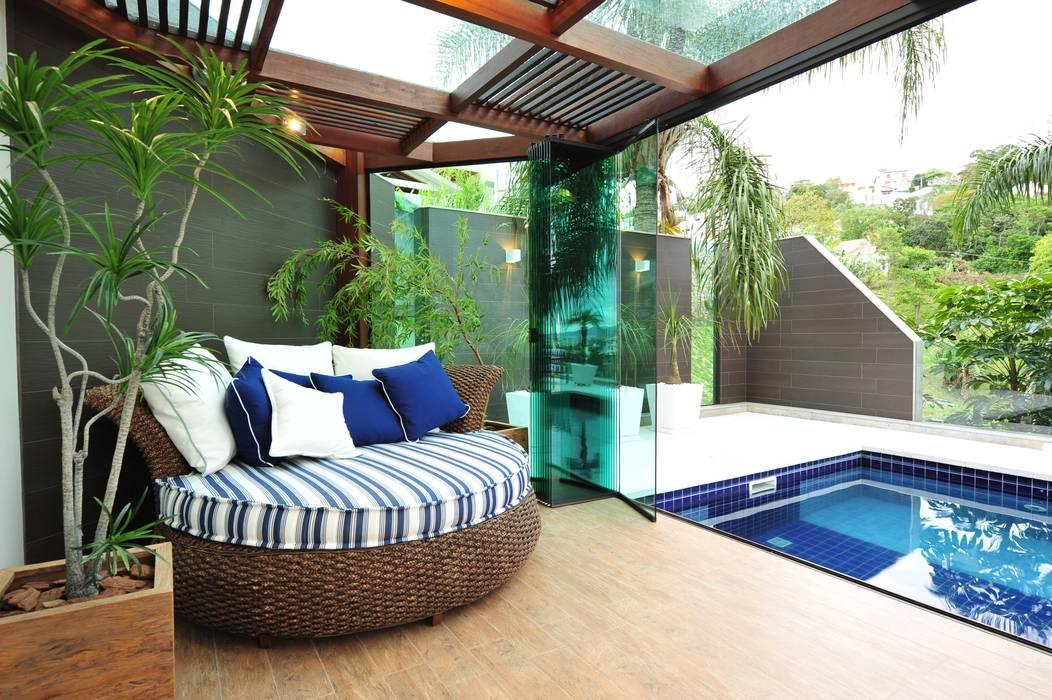 Balcone, Veranda & Terrazza in stile moderno di ANNA MAYA ARQUITETURA E ARTE Moderno Legno Effetto legno