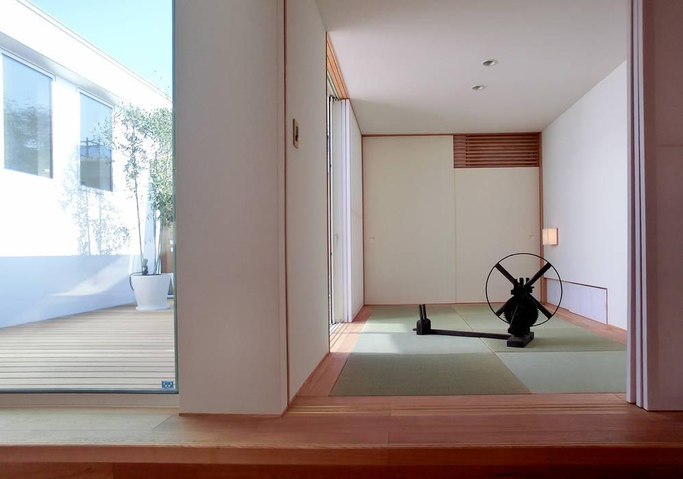Sala multimedia de estilo  de Mimasis Design/ミメイシス デザイン,