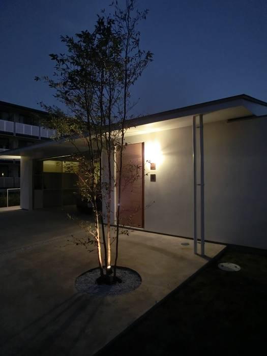 Garajes de estilo  de Mimasis Design/ミメイシス デザイン,