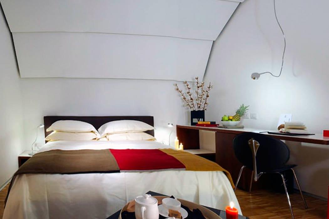 BLACK HOTEL: Hotel in stile  di DEVOTO