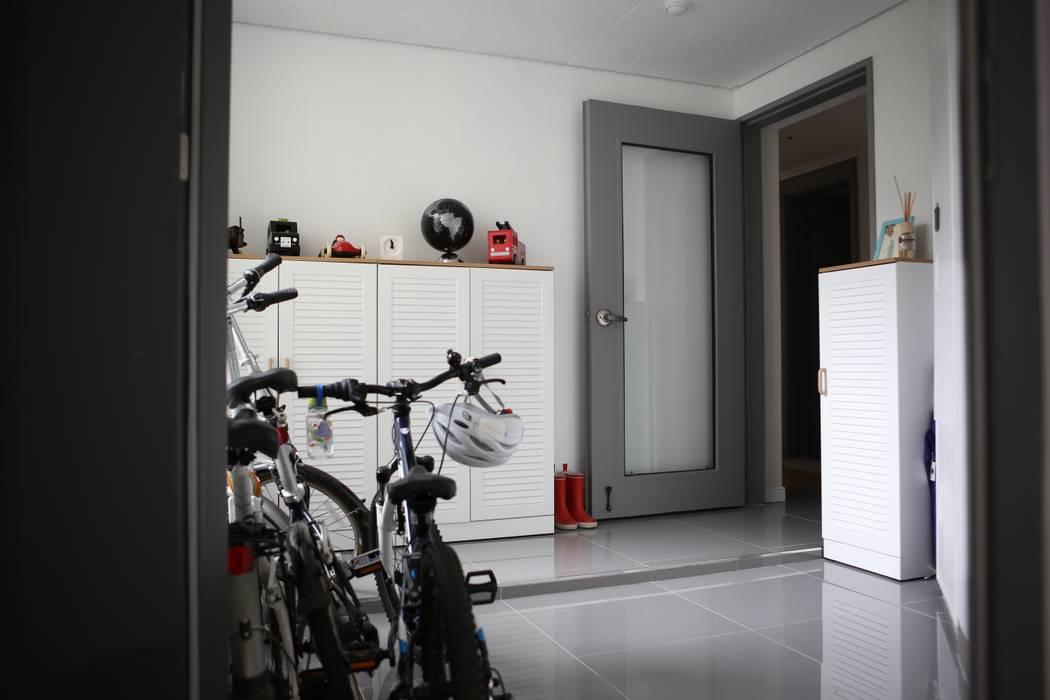 전실 모던스타일 복도, 현관 & 계단 by The livingfactory 모던