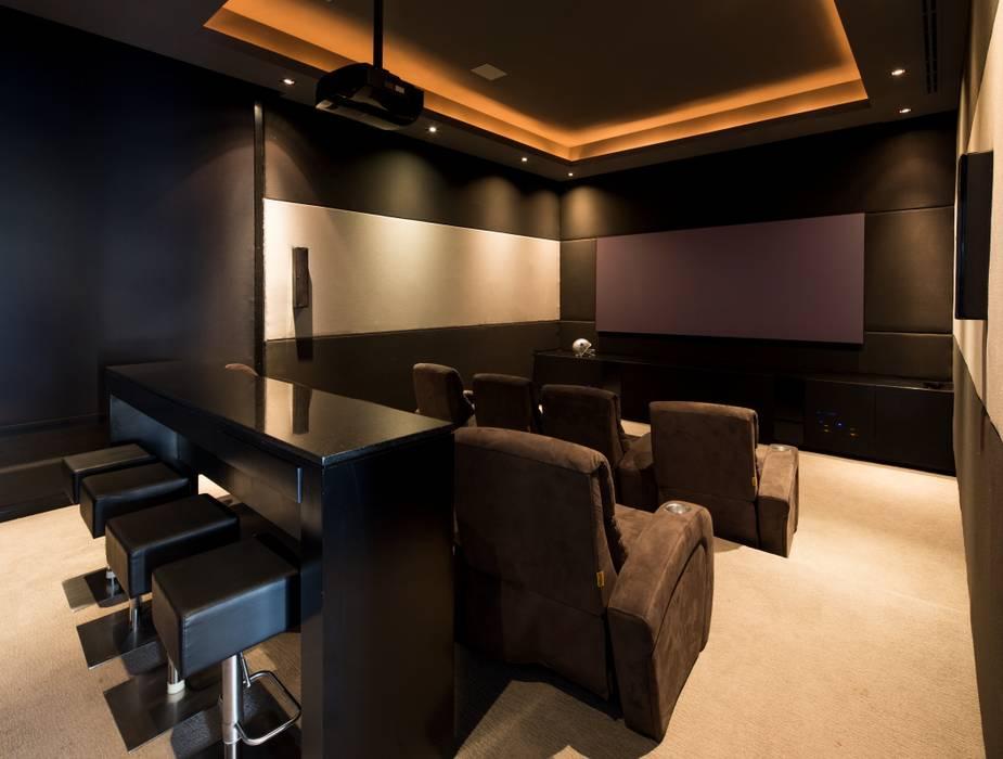 CUARTO DE TV: Salas multimedia de estilo  por Rousseau Arquitectos