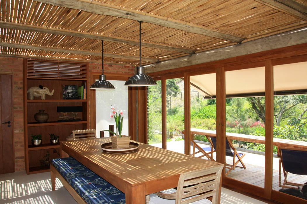 Colonial style dining room by FLAVIO BERREDO ARQUITETURA E CONSTRUÇÃO Colonial