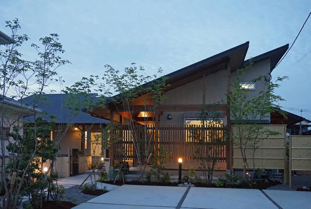 ~深い軒の外部空間を楽しむ『平屋の大屋根の美しい家』: 西薗守 住空間設計室が手掛けた家です。,和風