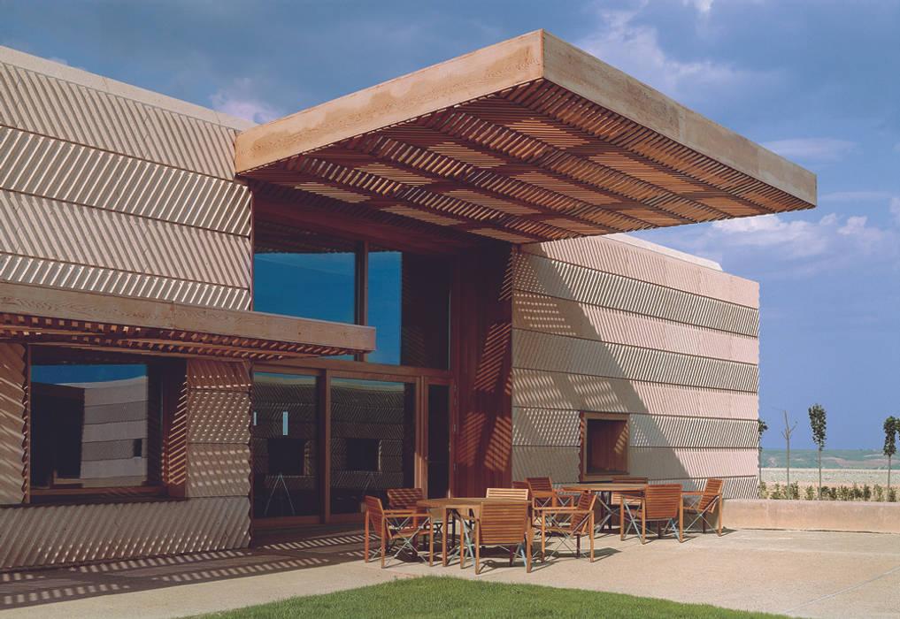 Campo Viejo Winery—Juan Alcorta Winery. Terrace 미니멀리스트 발코니, 베란다 & 테라스 by Ignacio Quemada Arquitectos 미니멀 우드 우드 그레인