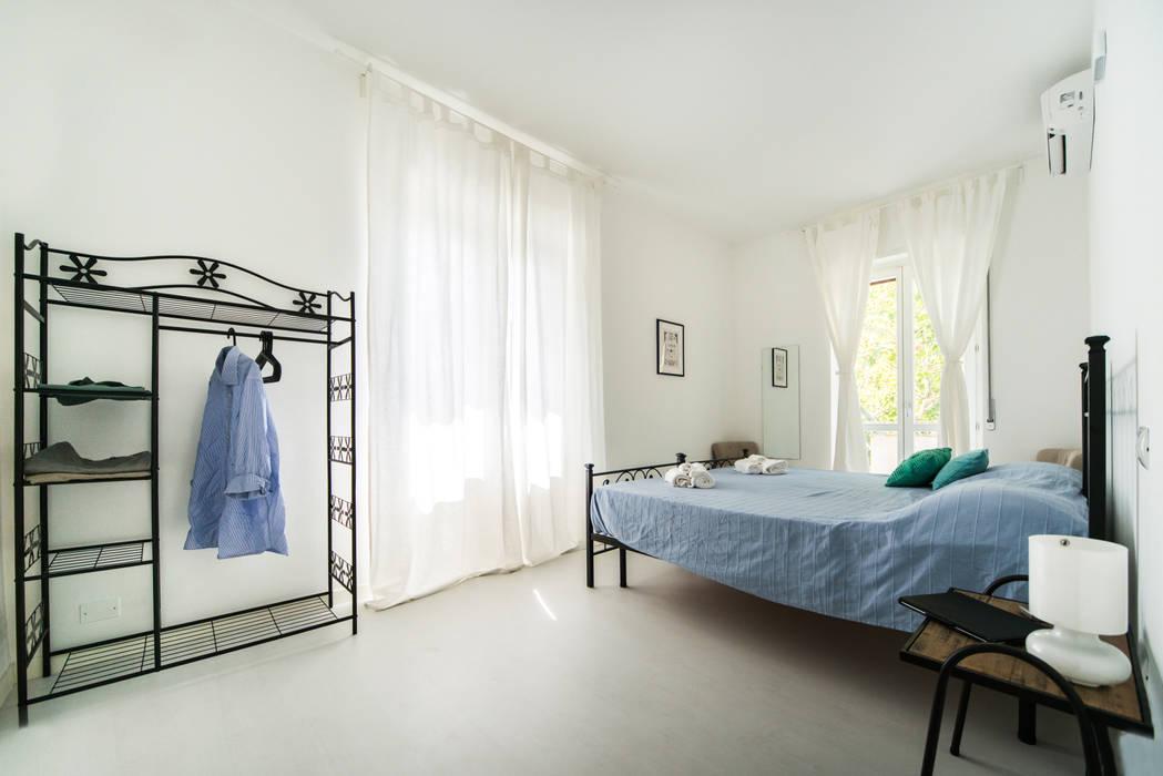 CAMERA MATRIMONIALE: Camera da letto in stile in stile Minimalista di PADIGLIONE B