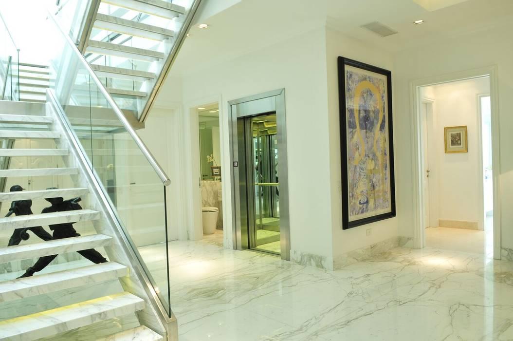 Casa Tortugas: Pasillos y recibidores de estilo  por JUNOR ARQUITECTOS