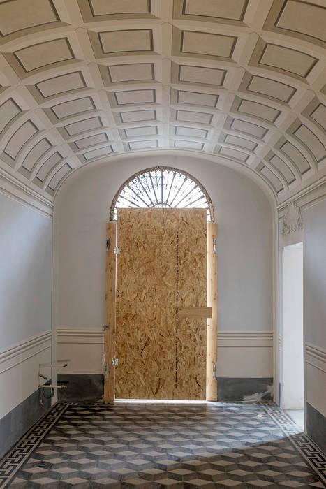 SCUOLA di ESTETICA - Pisa, Italia: Ingresso & Corridoio in stile  di Art'n'Art Studio di Claudia Masini