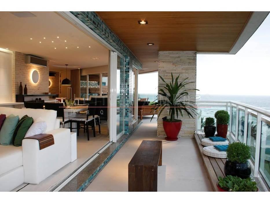 Balcones y terrazas de estilo moderno de LX Arquitetura Moderno