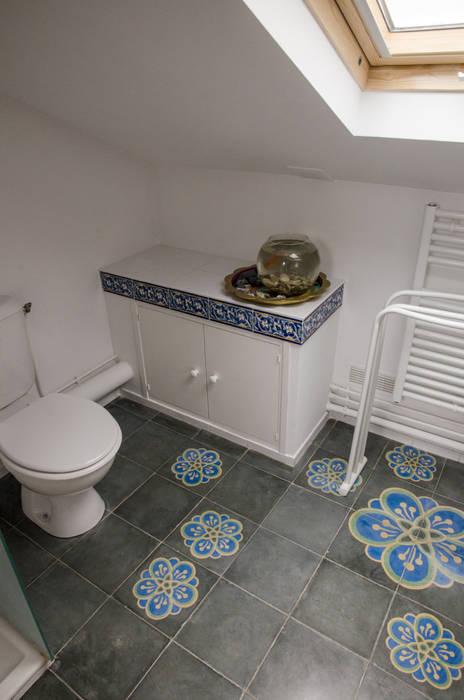 partie wc avec un petit rangement en plan maçonné : Salle de bains de style  par Sophie Embs